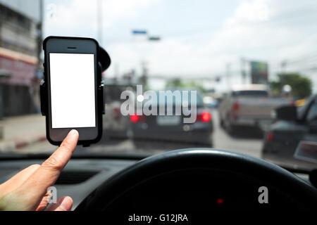 Hand und Smartphone in einem Pkw-Nutzung bei navigieren - Stockfoto