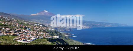 Blick über Orotava-Tal an der Nordküste und Puerto De La Cruz und Pico del Teide, Teneriffa, Kanarische Inseln, - Stockfoto