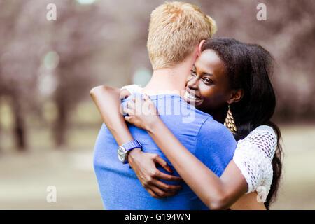 Paar in Liebe umarmt friedlich im Freien und wirklich glücklich zu sein. Gefühl von Sicherheit und Gelassenheit - Stockfoto