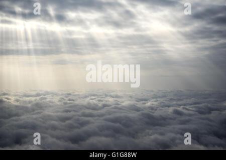 Strahlen der Sonne über den Wolken - Stockfoto
