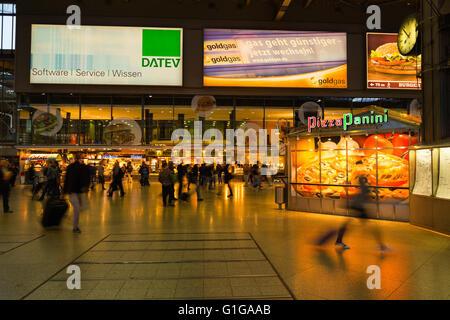 München, 27. August 2014: München Hauptbahnhof am Abend. - Stockfoto