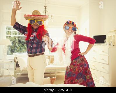 Porträt dumme älteres Paar in Kostümen tanzen - Stockfoto
