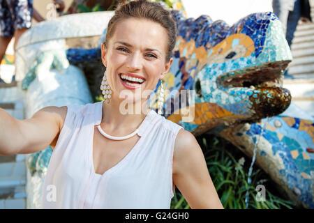 Inspirieren Sie lassen Sie sich vom Park Güell in Ihre nächste Reise nach Barcelona, Spanien. Lächelnde junge Frau - Stockfoto