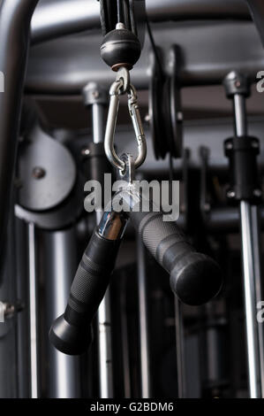 Nahaufnahme Bild von hängenden Griff Maschine in einem Fitnessstudio zum Training ziehen - Stockfoto