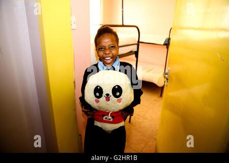 (160531)--NAIROBI, 31. Mai 2016, (Xinhua)--Kainia, ein 10 Jahre altes Mädchen, zeigt ihr, dass Panda Spielzeug von - Stockfoto