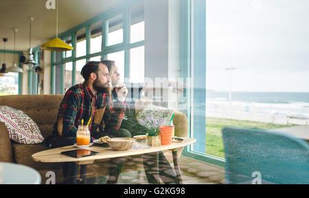 Spanien, Asturien, paar, genießen Sie die Seenlandschaft durch das Café-Fenster mit einem brunch - Stockfoto