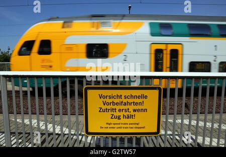 01.08.2015, Neustadt (Dosse), Brandenburg, Deutschland - Warnung Zeichen - hochgeliebten, schnelle Vorbeifahrten - Stockfoto