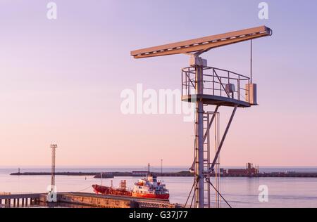 Radio-Locator in der Nähe der Aussichtsturm auf dem südlichen Pier Ventspils. Ventspils einer Stadt im Großraum - Stockfoto