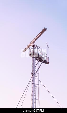 Radio-Locator auf den Aussichtsturm in der Nähe der südlichen Pier in Ventspils. Ventspils einer Stadt im Großraum - Stockfoto