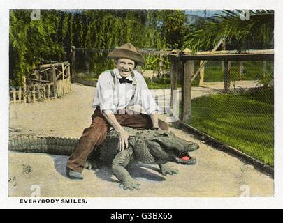 Souvenir Booklet, Kalifornien Alligator Farm, Los Angeles, USA, zeigt einen Mann und ein Krokodil beide Lächeln - Stockfoto