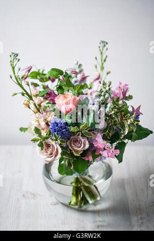 Still-Leben. einem antiken Holztisch, Glasvase mit gemischten Blumenstrauß. schöne Blumen - Stockfoto