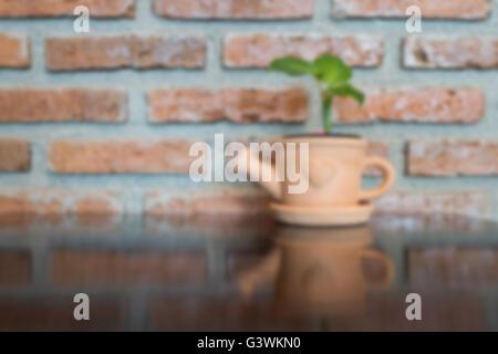 Verschwimmen Sie Baum im Topf auf den Tisch aus Holz und Stein Hintergrund. - Stockfoto