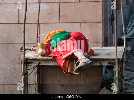 Indianerin auf Holztisch auf der Straße schlafen. Die große Tradition folgten im Bereich - Stockfoto