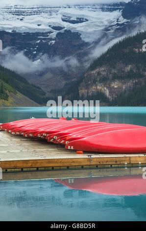 Roten Kanus auf Dock, Lake Louise, Banff Nationalpark - Stockfoto