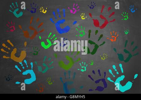 Viele bunt bemalte Hände gedruckt auf einer Tafel - Stockfoto