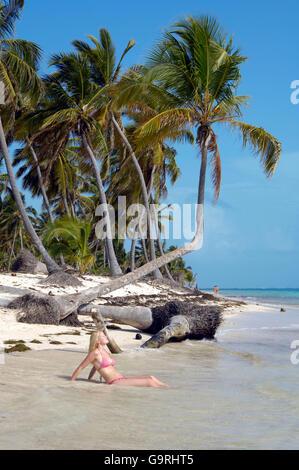 Frau am Strand, palm Tree, Punta Cana, Dominikanische Republik, Karibik, Amerika - Stockfoto