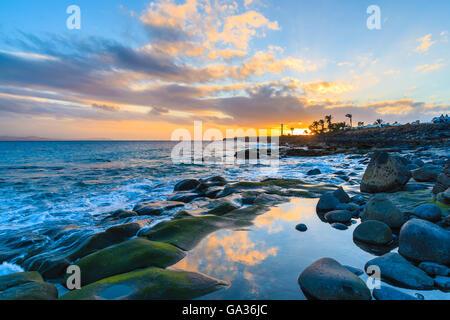 Sonnenuntergang über Meer in Playa Blanca auf der Insel Lanzarote, Spanien - Stockfoto