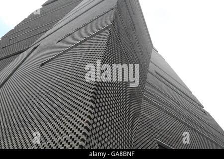Scharfe Linien und Winkel definieren die Gestaltung des neuen Flügels der Tate Modern in London. - Stockfoto