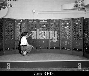 (28 September 1949) Analog Computing Maschine im Kraftstoff-Systeme-Gebäude. Dies ist eine frühe Version des modernen - Stockfoto