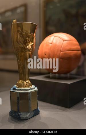 London, UK.  31. Juli 2016.  Die eigentliche Spielball und doppelte Jules-Rimet-Pokal auf dem Display für einen - Stockfoto