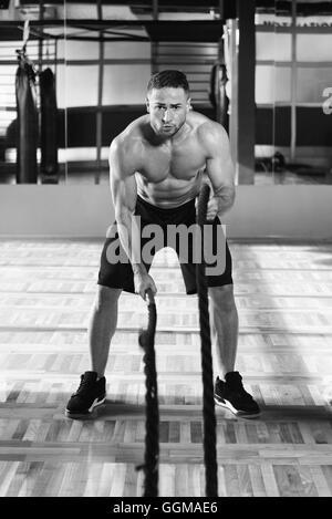 Kämpfende Seile Jüngling am Gym Training Übung - Stockfoto
