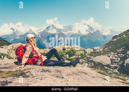 Happy Woman Traveler entspannend sitzen Berge heitere Landschaft auf Hintergrund Reisen Lifestyle Konzept Abenteuer - Stockfoto