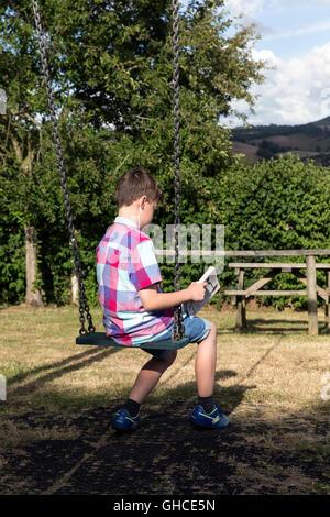 Mädchen, junge liest im Dorf Park, Kind, Park, schwarz, Wiese, Bäume, Freunde, Beziehung, junge, vorne, Companionsh, - Stockfoto