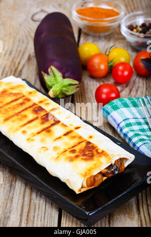 Gegrillte Pita-Brot mit Kichererbsen und Auberginen - Stockfoto