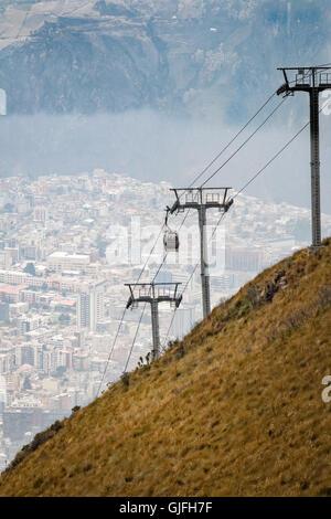 Die Teleférico ausgeführt vom Rand des auf der Ostseite des Berges Pichincha Quito, gehört zu den höchsten Arbeitsbühnen - Stockfoto