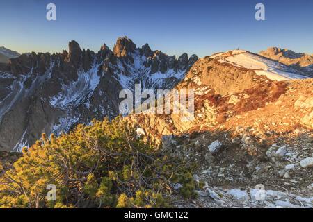 Das Licht des Sonnenaufgangs umrahmen die drei Zinnen von Lavaredo Dolomiten Auronzo von Cadore Venetien Belluno - Stockfoto