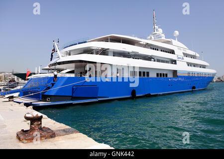 Verschiedenen Luxus-Yachten auf ihre Liegeplätze im Hafen in der Altstadt Ibiza (Eivissa). Hier zu sehen ist die - Stockfoto