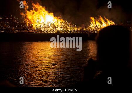 London, UK. 5. September 2016 - eine 120 Meter-Replikat von London wird zum 350. Jahrestag der großen Brand von - Stockfoto