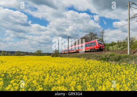 Talent 2-Triebwagen der Deutschen Bahn In Orlamünde, Thüringen, Deutschland - Stockfoto