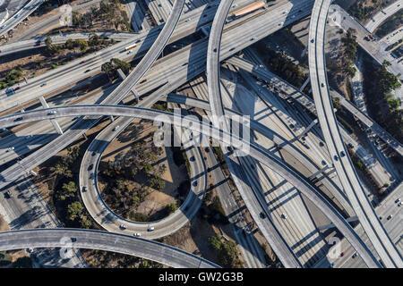Los Angeles Harbor und Jahrhundert Autobahnen interchange Rampen und Brücken Antenne. - Stockfoto