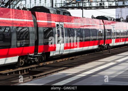 Regional Express-Zug am Hauptbahnhof in Berlin, Deutschland - Stockfoto