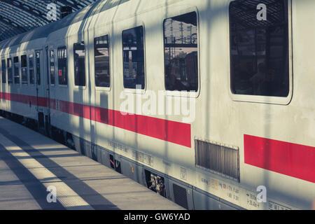 ICE-Zuges auf Plattform am Hauptbahnhof in Berlin, Deutschland. - Stockfoto