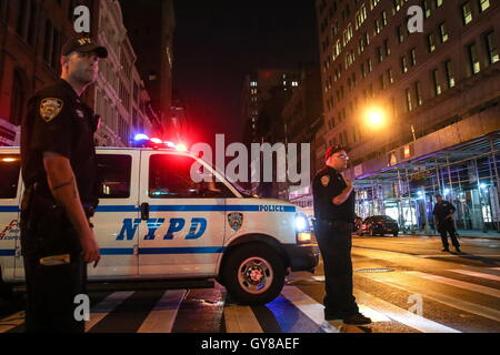 New York, NY, USA. 17. September 2016: New York City Polizisten am Ort der Explosion im Stadtteil Chelsea in Manhattan, - Stockfoto