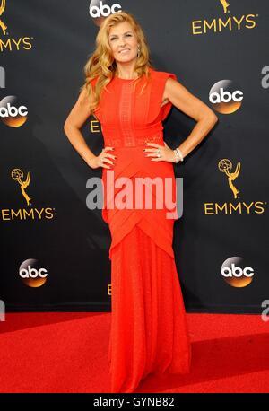 Los Angeles, CA, USA. 18. September 2016. Connie Britton im Ankunftsbereich für das 68. Annual Primetime Emmy Awards - Stockfoto
