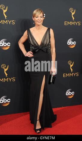 Los Angeles, CA, USA. 18. September 2016. Allison Janney im Ankunftsbereich für das 68. Annual Primetime Emmy Awards - Stockfoto
