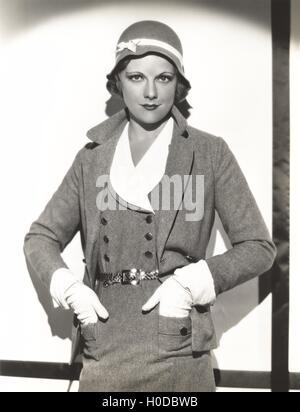 Damenkleid tragen Anzug mit passender Hut - Stockfoto