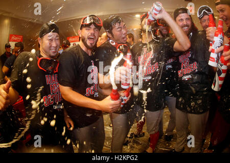 Bronx, New York, USA. 28. Sep, 2016. Junichi Tazawa, Koji Uehara (Red Sox), 28. September 2016 - MLB: Junichi Tazawa - Stockfoto