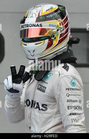 Sepang, Malaysia. 1. Oktober 2016. Mercedes AMG Petronas F1 Team britischer Fahrer Lewis Hamilton feiert Einnahme - Stockfoto