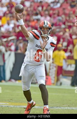 Landover, Maryland, USA. 2. Oktober 2016. Cleveland Browns Quarterback Cody Kessler (6) wirft einen Pass im zweiten - Stockfoto