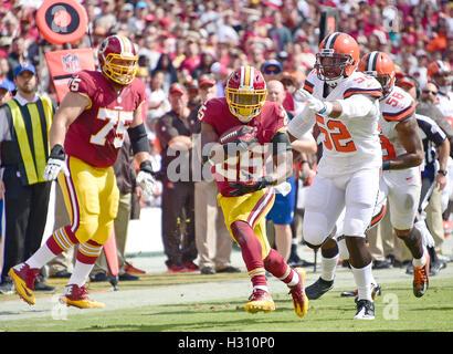 Landover, Maryland, USA. 2. Oktober 2016. Washington Redskins Runningback Chris Thompson (25) trägt den Ball im - Stockfoto