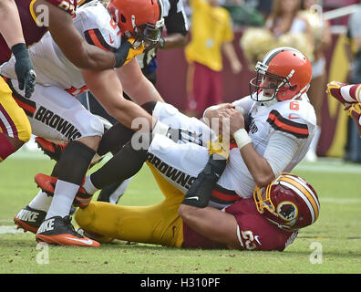Landover, Maryland, USA. 2. Oktober 2016. Cleveland Browns Quarterback Cody Kessler (6) ist im zweiten Quartal-Aktion - Stockfoto