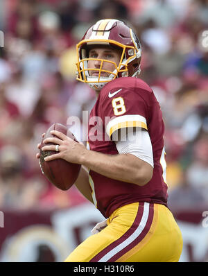 Landover, Maryland, USA. 2. Oktober 2016. Washington Redskins quarterback Kirk Cousins (8) sieht für einen Empfänger - Stockfoto