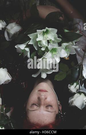 Unschuld, untergetaucht im Wasser mit weißen Rosen, Romantik Sce Teen - Stockfoto