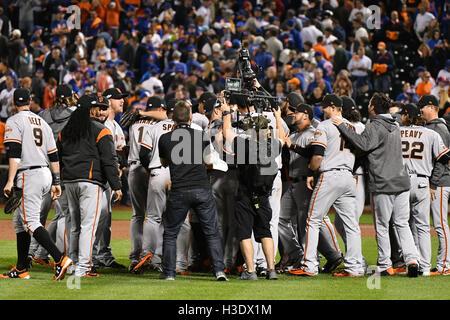 Flushing, New York, USA. 5. Oktober 2016. Riesen-team Gruppe MLB: San Francisco Giants Spieler feiern nach dem Gewinn - Stockfoto