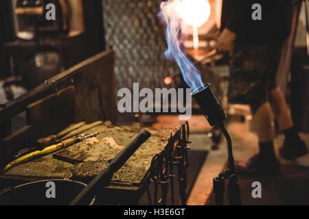 Nahaufnahme der Marvers Tabelle mit Schlag-Fackel und Glasbläserei-tools - Stockfoto
