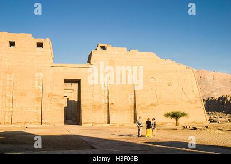 Wandrelief mit Ramses III und Ra, Leichenhalle Tempel von Ramses III in Medinet Habu, ein neues Königreich Periode - Stockfoto